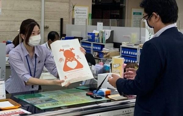 ¡Gran idea! Japón usa bolsas hechas de arroz para que animales no coman plástico y mueran