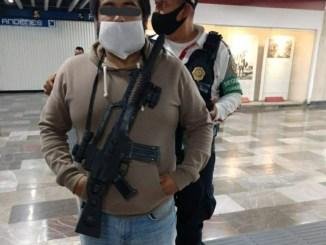 """Lo agarran en el Metro Pino Suárez con """"ametralladora"""" de juguete"""