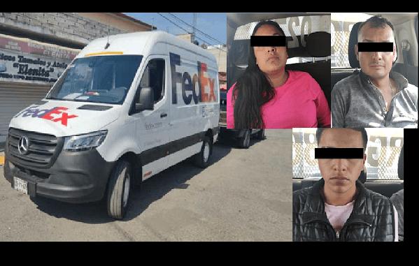 Detienen a tres sujetos cuando vaciaban camioneta de paquetería, tenían al chófer secuestrado