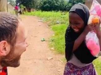 En Nigeria, pequeñita se hace viral por su tierna reacción al recibir una muñeca #VIDEO