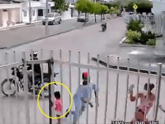 Joven se olvida de su hija por defender su celular de robo #VIDEO