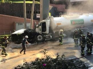 Por choque de pipa de Pemex en la Picacho-Ajusco; se evacuan a 600 personas