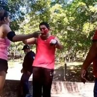 Acosador pide perdón de rodillas tras haber hostigado a una joven #VIDEO