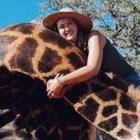 ¡Indignante! Mujer caza a jirafa y presume su corazón en redes (IMÁGENES FUERTES)