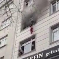 Mamá salva a sus hijos lanzándolos por la ventana en pleno incendio #VIDEO