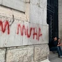 Detienen a extranjero por hacer grafiti en fachada de Bellas Artes