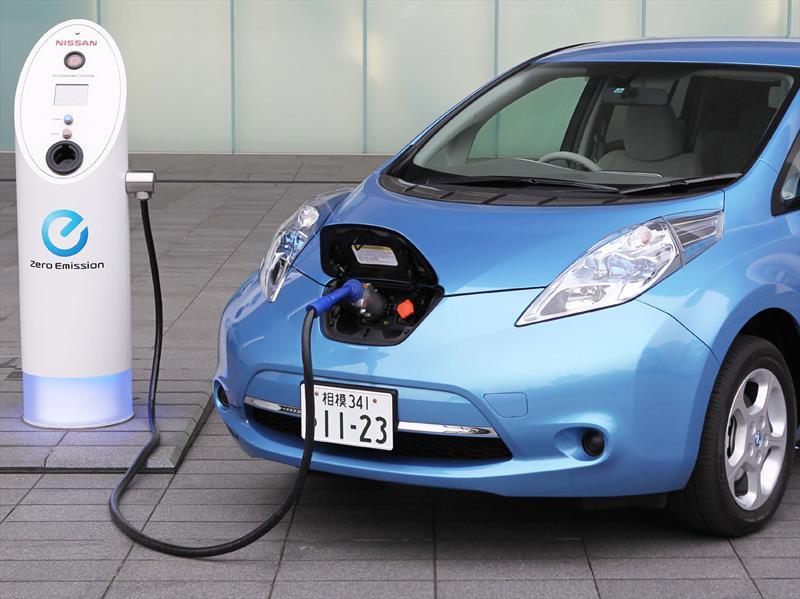 Fabricación de autos eléctricos será más barata en 2027, revela estudio