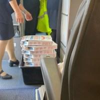 Por retraso en vuelo, piloto invita las pizzas a los pasajeros