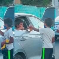 Niño regala juguete a otro que limpia parabrisas #VIDEO