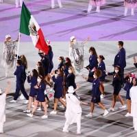 La delegación mexicana desfila en la inauguración de los Juegos Olímpicos