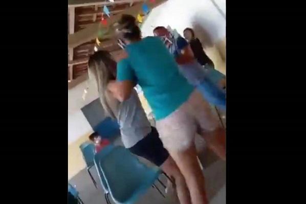 Hombre acompaña a su amante a vacunarse y se encuentra a su esposa #VIDEO