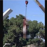 Talibanes cuelgan el cuerpo de presunto secuestrador en plaza pública (IMÁGENES FUERTES)