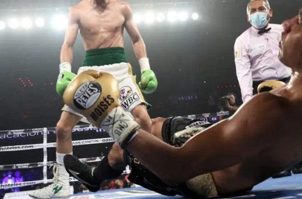 El boxeador mexicano Moisés Fuentes es hospitalizado tras recibir nocaut #VIDEO