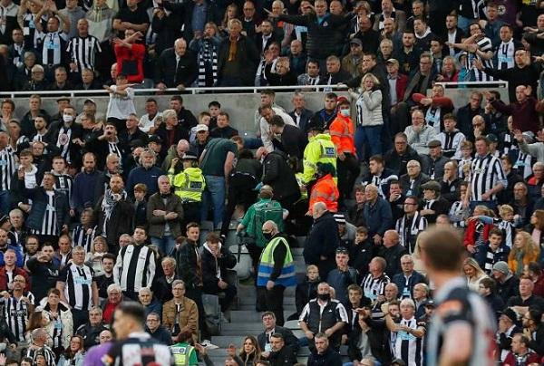 Aficionado se desvanece y suspenden el Newcastle vs Tottenham