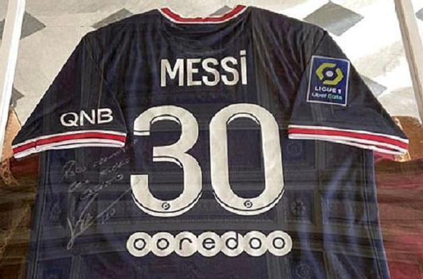 Papa Francisco recibe playera de Messi del PSG con dedicatoria