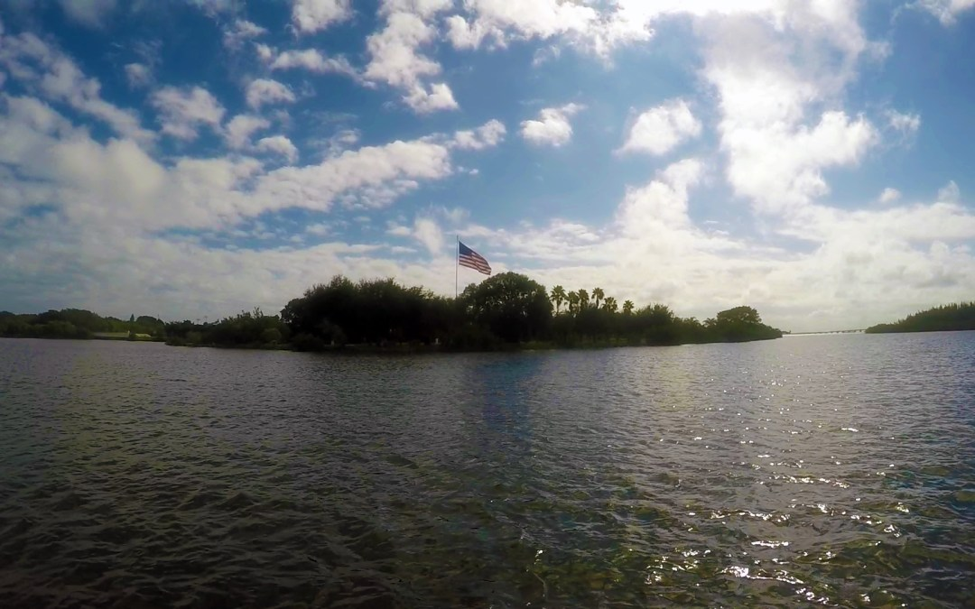 Using the flag to read wind direction when kayaking or paddle boarding