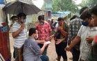ঝড় বৃষ্টি উপেক্ষা করে নবাবগঞ্জ সরকারি কলেজ ছাত্রলীগের ইফতার বিতরণ