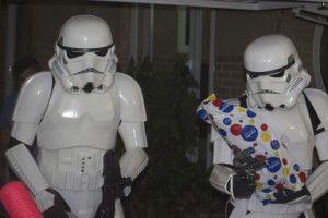 Stormtroopers dando el regalo de cumpleaños