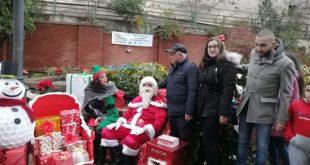 """MARZANO APPIO – """"Ecolibero"""" realizza in piazza con i cittadini l'albero di Natale con addobbi riciclati"""