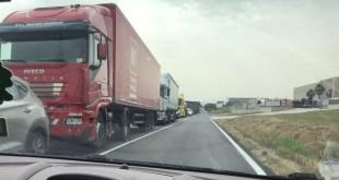 Capua – Telepass chiuso all'imbocco dell'autostrada, fila chilometrica di auto in attesa di raggiungere l'A1