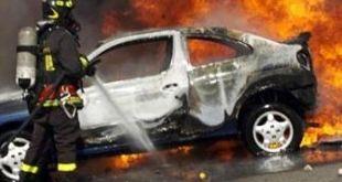 Aversa – In fiamme quattro auto e una moto in piazza Bernini, necessario l'intervento dei Vigili del Fuoco e Forze dell'ordine