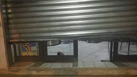 La porta del bar Thomas danneggiata dall'azione dei ladri