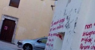 Gioia Sannitica – Lei lo lascia, lui perde la testa: serve il ricovero (forzato) in ospedale. La sua casa trasformata in un libro di poesie (le foto)