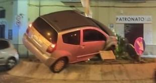 Santa Maria Capua Vetere – Ubriaco alla guida si ribalta con l'auto e si schianta sulla rotatoria