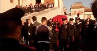 PIANA DI MONTE VERNA / CASERTA – Funerali carabiniere ucciso Emanuele Reali durante inseguimento. Ingresso in chiesa – diretta video