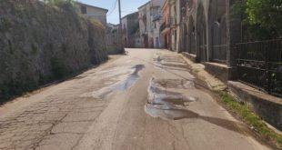 Teano – Versano, acquedotto colabrodo. Da 6 giorni nessuno interviene
