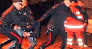 Vairano Patenora – Danneggia diverse auto, ferisce due carabinieri e sfascia la porta della caserma. Poi si pente: scarcerato (il video del fermo)
