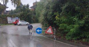 Teano – Pioggia torrenziale, salta il tombino: l'auto ci finisce dentro