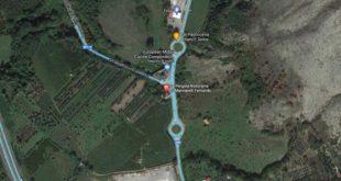 Teano – Torricelle, camion della Ferrarelle si ribalta alla rotonda: traffico in tilt