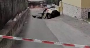 Napoli – Tragedia sfiorata in zona occidentale, auto inghiottita da voragine