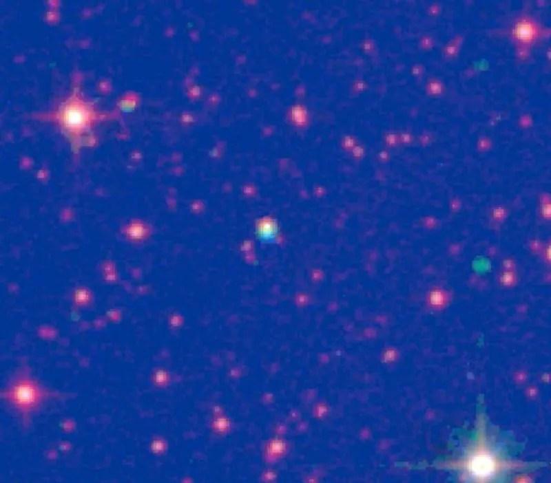 Immagine in falsi colori della stella di Scholz, visibile al centro. Credit: V. D. Ivanov et al., DOI 10.1051/0004-6361/201424883