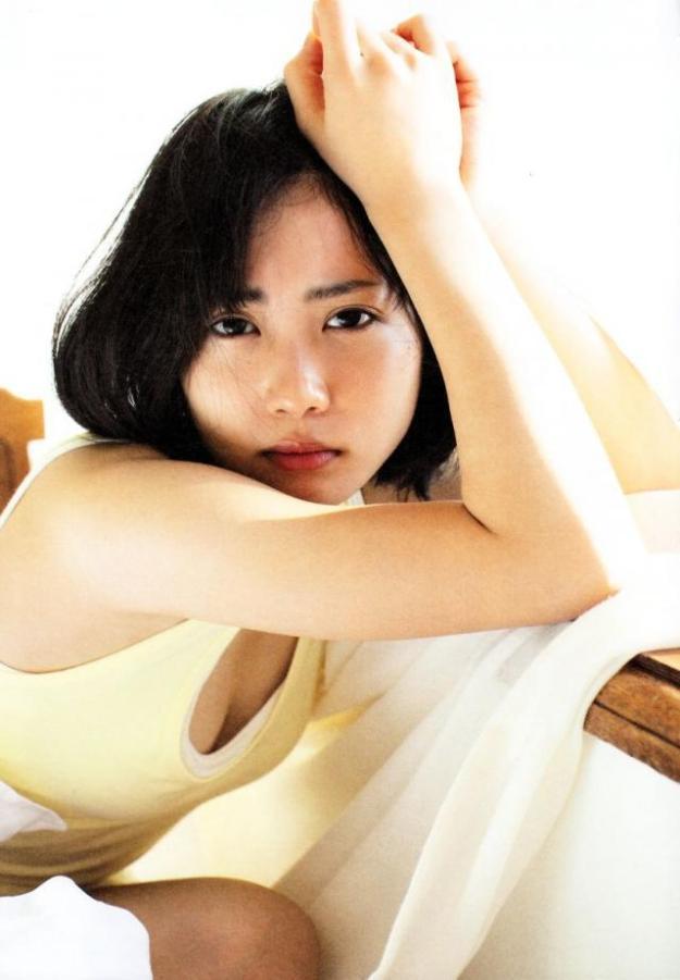 志田未来おっぱいの谷間胸チラリエロお宝画像