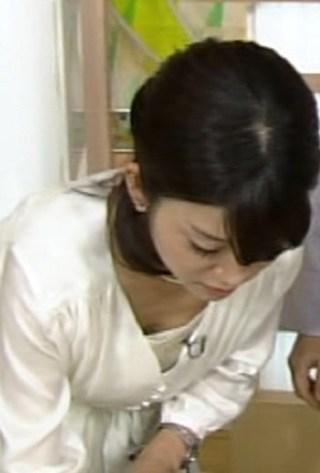 合原明子アナ巨乳おっぱいの谷間胸チラリ放送事故エロお宝画像