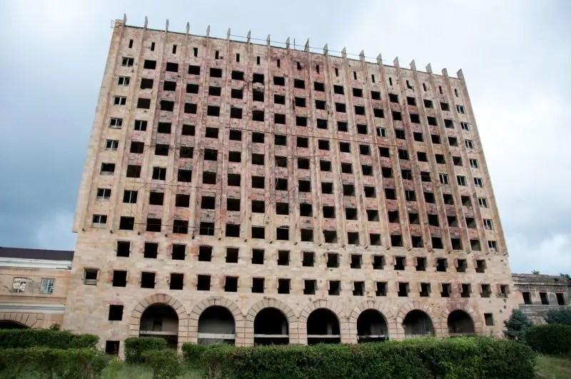 Edifici bruciati in centro a Sukhumi