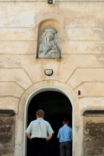 Domenica di fronte a una chiesa cattolica, Lviv