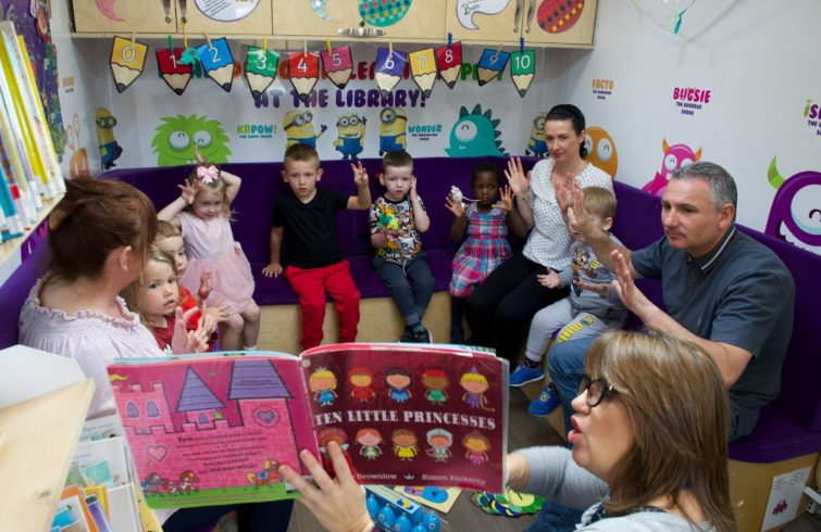 Kids from Hugh Smiley Early Learning and Childcare Centre enjoy bookbug with numbers - 6 Sept 2017 (16)