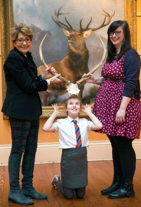 18/01/18... PAISLEY MUSEUM.. Launch of Monarch of the Glen painting exhibition at paisley museum… from left, Zoe Gamble (monarch of the Glen tour manager), Karhys Chalmers (9) from Arkleston primary renfrew, and councillor Lisa-Marie Hughes (chair of Renfrewshire leisure)