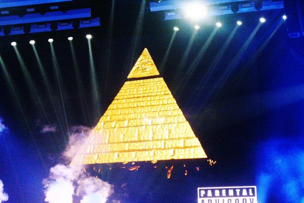 Illuminati satanista Modelo de Miley Cyrus en concierto