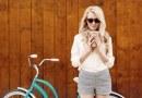 dziewczyna na rowerze z kawa