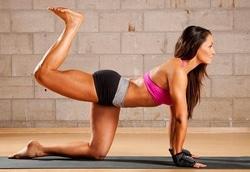 unoszenie nogi ćwiczenie