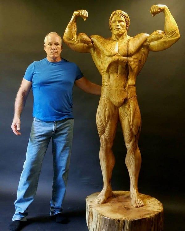autor Arnold Schwarzenegger z drewna