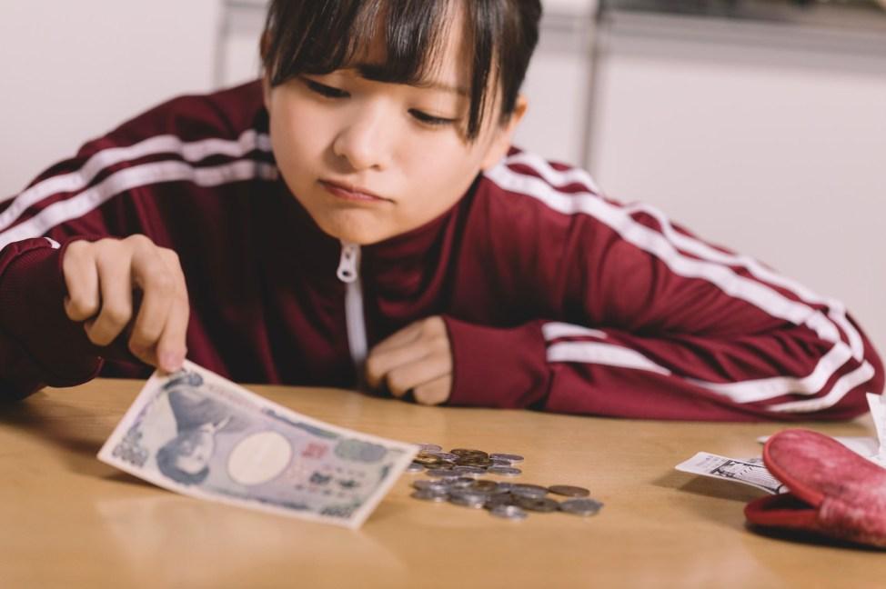 「金欠に苦しむ貧困女子金欠に苦しむ貧困女子」[モデル:千歳]のフリー写真素材を拡大