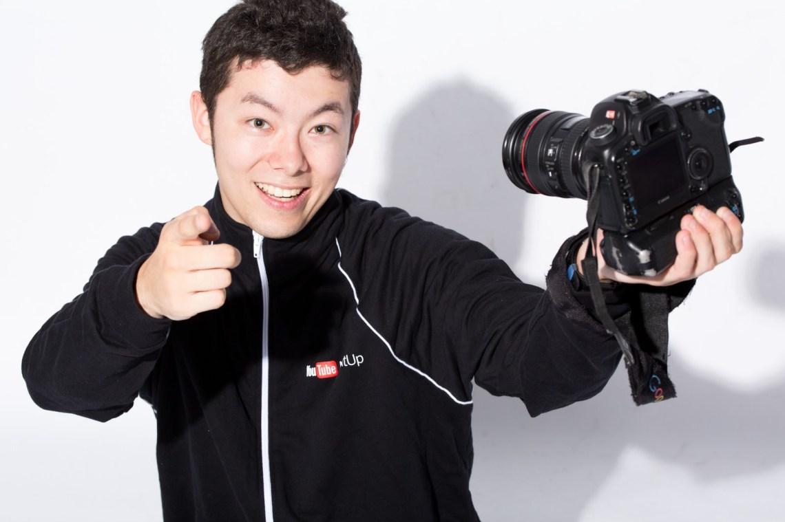 「一眼レフで自撮りする人気動画クリエイター」の写真[モデル:けんたさん]