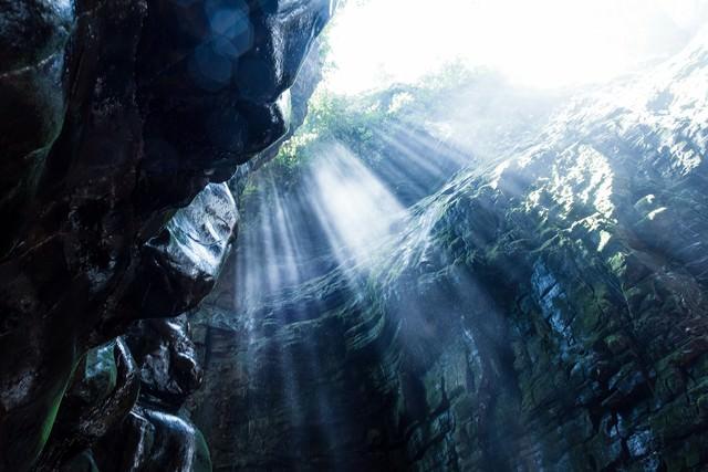 ベネズエラの洞窟と差し込む光