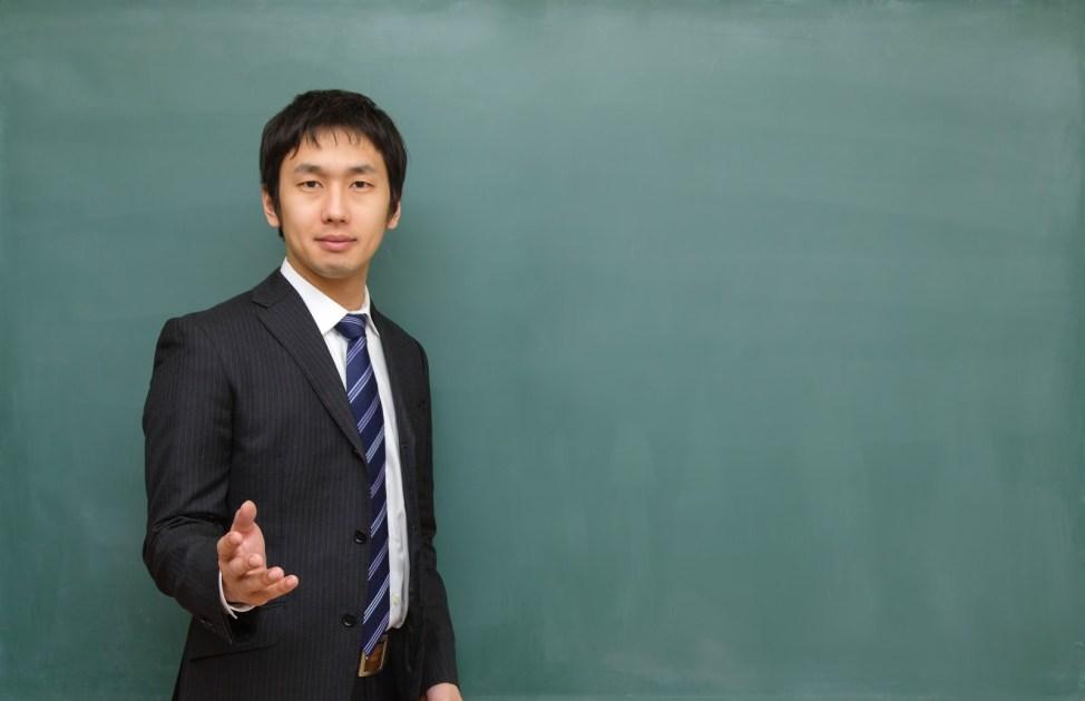 「優しい顔で授業を行う塾の講師優しい顔で授業を行う塾の講師」[モデル:大川竜弥]のフリー写真素材を拡大