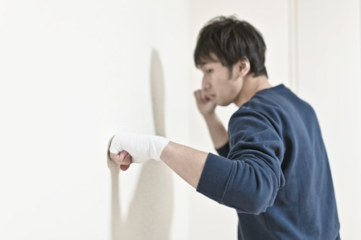 包帯をしてまで壁を殴り続ける男性